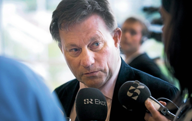 Claes Borgström being questioned by reporters about his defense of Quick. [Fredrik Sandberg/Scanpix]