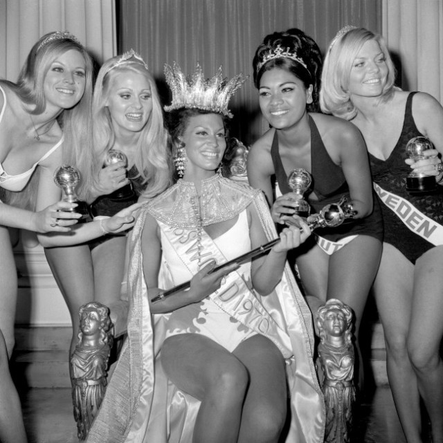 Miss Grenada crowned as Miss World. Runner-up Miss Africa South to her left and fourth-place Miss Sweden at far right.